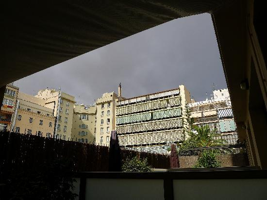 Hotel Constanza Barcelona: View from the balcony (thunderstorm looming)