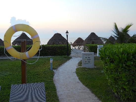 Ocean Coral & Turquesa: The entrance to the beach