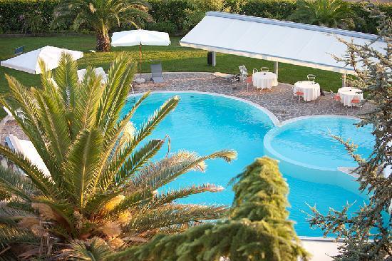 Hotel Dragonara: piscina/giardino