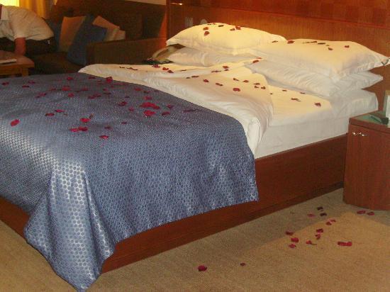 Royal Yacht Hotel: Rose Petal Turn Down