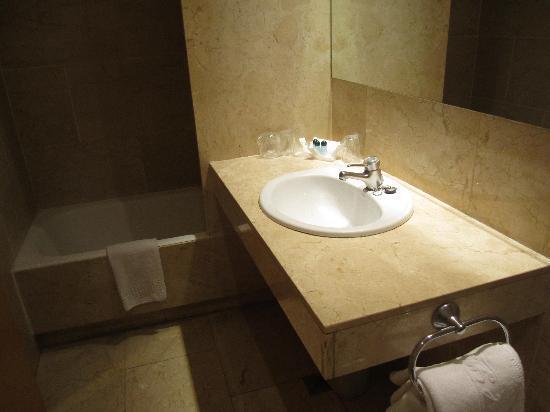 โรงแรมเลโอ: Clean Bathroom