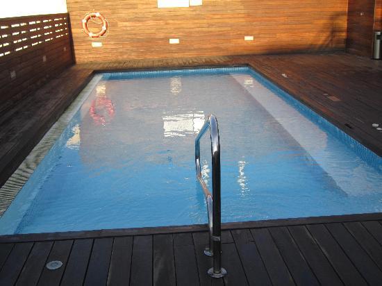 โรงแรมเลโอ: Pool on Roof Terrace of Hotel