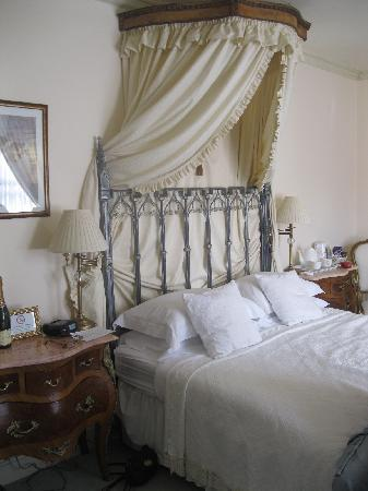 Albert & Victoria Guest House: leopold room king size bed