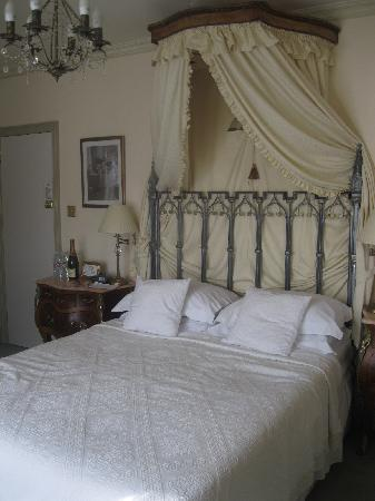 Albert & Victoria Guest House: leopold room kingsize bed