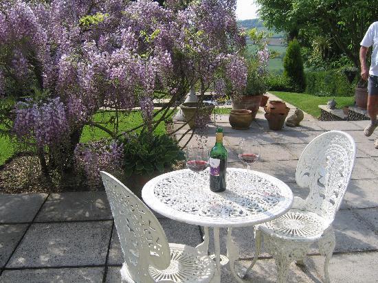 Spinneycross: wine on the patio