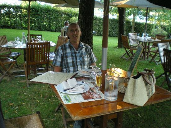 Ferme Auberge du Bruel: diner dans le jardin  !