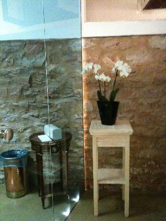 Mangiafuoco Ristorante: clean modern bathroom