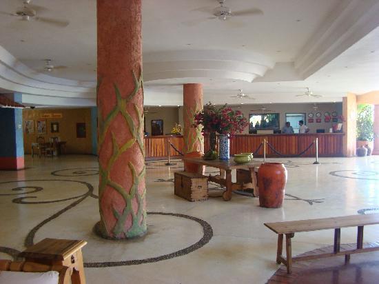 Costa Caribe Beach Hotel & Resort: The lobby with reception