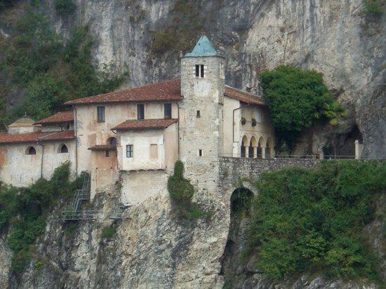 Eremo di S. Caterina del Sasso : EREMO DI SANTA CATERINA DEL SASSO  VEDUTA DA LAGO