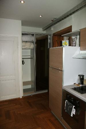 OldHouse Apartments: Raka 3 closet next to kitchen