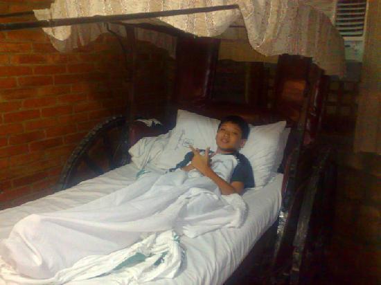 Grandpa's Inn: Calesa bed