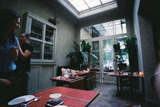 Boulevard Leopold Bed & Breakfast: breakfast room - picture taken with Lomo LC-Wide