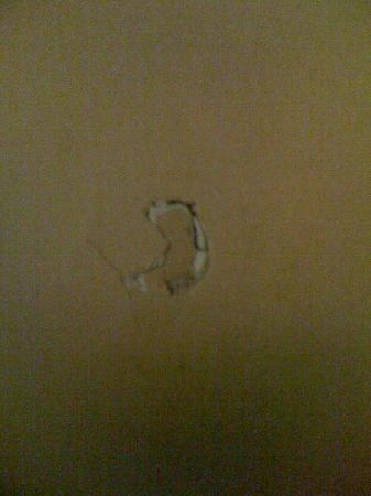DoubleTree Resort by Hilton Myrtle Beach Oceanfront: Damage to the wall
