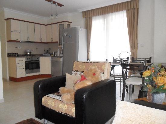 Elite Orkide Suite & Hotel: dinnig room and the kitchen corner