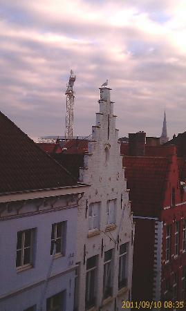 Grand Hotel Casselbergh Bruges: View at dusk, right view from our window.