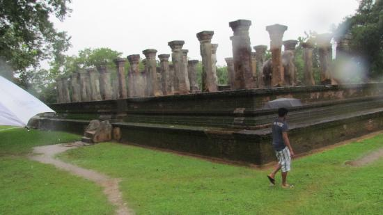 Polonnaruwa Resthouse: Closest ancient site 50 meters away.