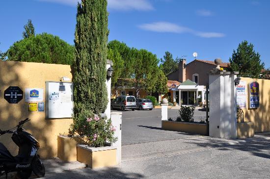 Le Domaine De La Petite Isle: Einfahrt zur Hotelanlage