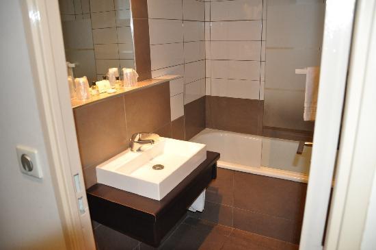 Le Domaine De La Petite Isle: Badezimmer mit Dusche über Wanne