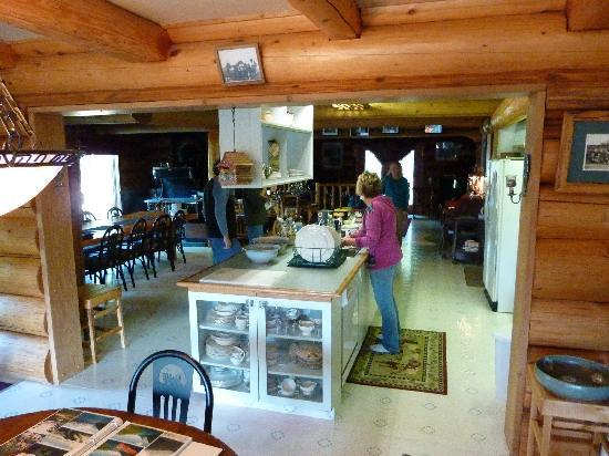 Kicking Horse Canyon B&B: Jeannie in the kitchen