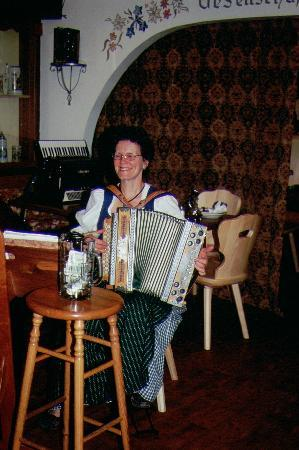 "Andreas Keller Restaurant: Lady playing ""Ziehharmonika"""