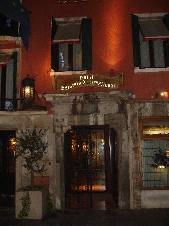 Hotel Saturnia & International: Hotel entrance by night