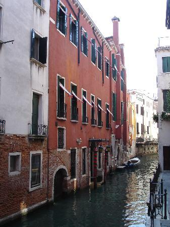 Hotel Saturnia & International: Rear entrance to canal with our room
