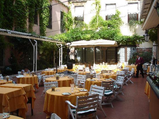 Hotel Saturnia & International: courtyard garden for restaurant and breakfast