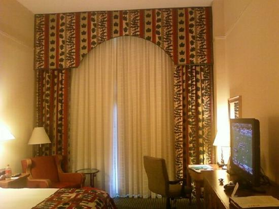 Marriott Shoals Hotel & Spa: Nice even with the drapes closed