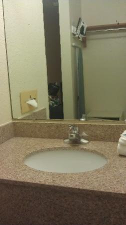 International Palms Resort & Conference Center: Vanity (Missed in the renovation, but clean)