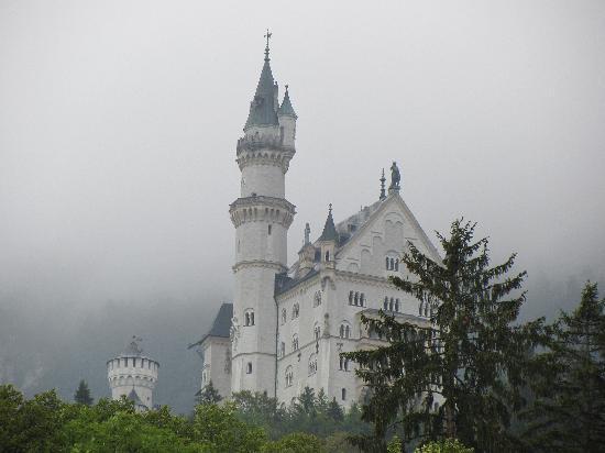 ปราสาทนอยชวานชไตน์: From below the castle