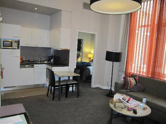 Adina Apartment Hotel Berlin Checkpoint Charlie: salón-cocina
