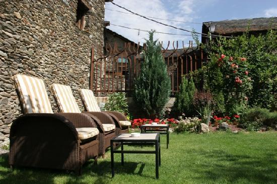 Hotel Vall Ferrera: Vista del jardín del hotel
