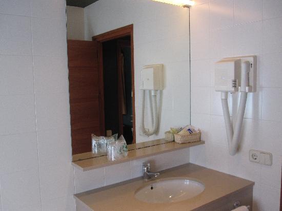 Hotel Vall Ferrera: Vista de la pica del lavabo