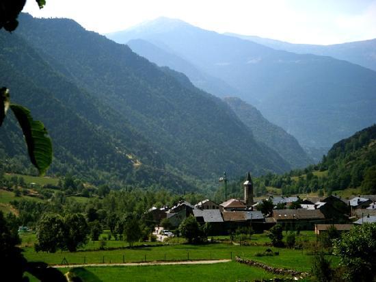 Hotel Vall Ferrera: Vista del pueblo de Àreu
