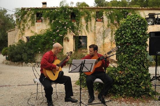 Masia Sumidors: Spanish guitarists against the facade