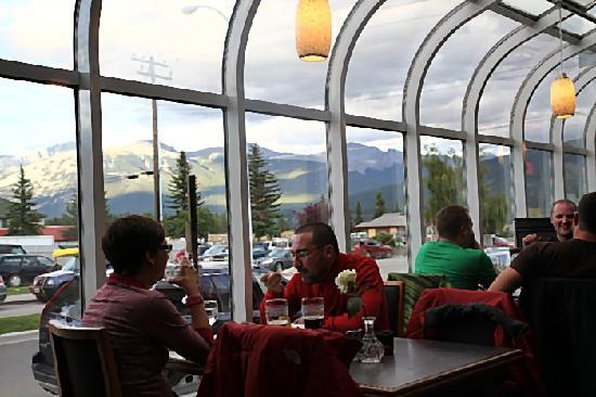 Olive Bistro and Lounge: Terrific views of the surrounding Canadian Rockies.