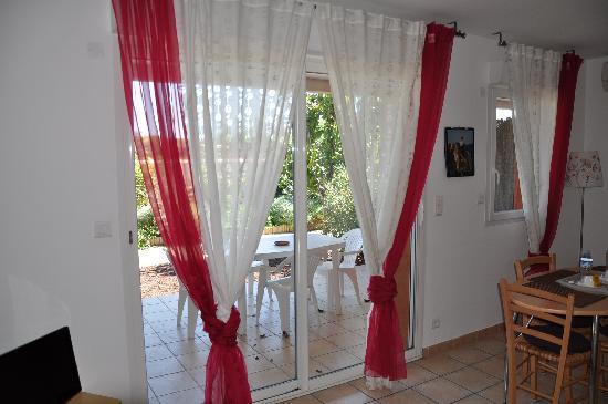 Hotel et Residence de la Transhumance: Wohnraum mit Blick auf Veranda