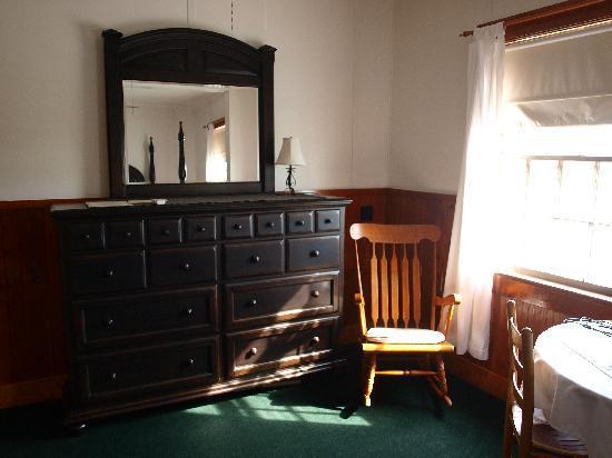 Nags Head Beach Inn: Dresser, Table and chairs in room