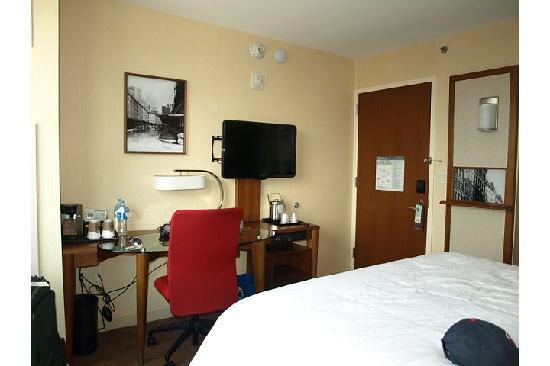 โรงแรมเชอราตันทรีเบกา นิวยอร์ก: TV and desk