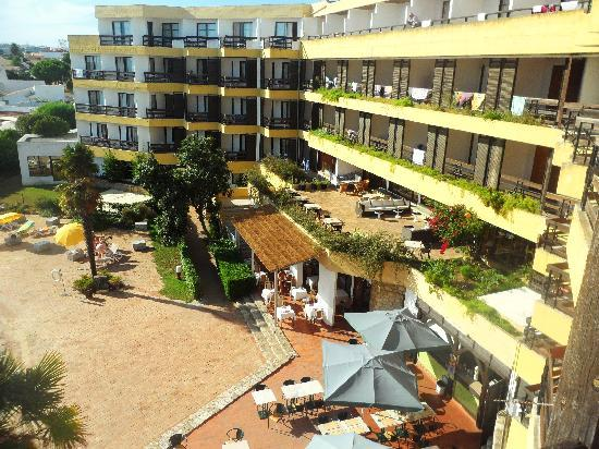 Hotel da Aldeia : View from balcony in the other direction - You can see the pool bar, outdoor restaurant seating