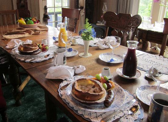 Astoria Inn: Dining table set for breakfast