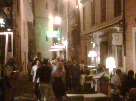 Le tamerici: Narrow alley = fun setting