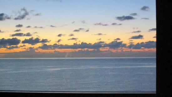 Sonesta Fort Lauderdale Beach: Watching the sun rise from our bed