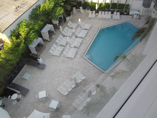 Sonesta Fort Lauderdale Beach: View of the hotel pool from the 6th floor