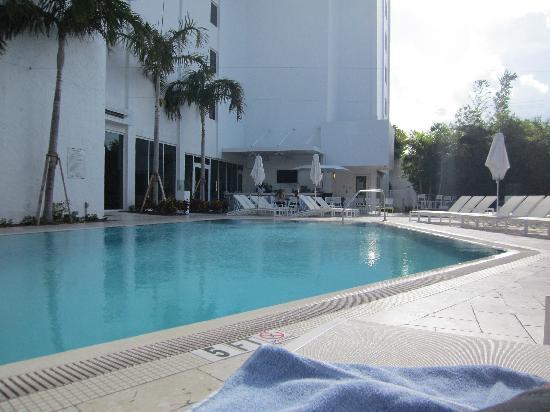 Sonesta Fort Lauderdale Beach: Poolside view of the bar, nice
