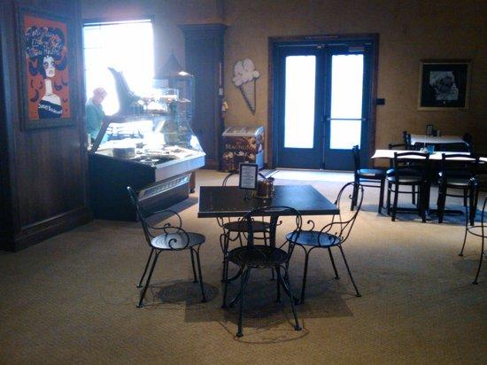 Flora Restaurant: Interior