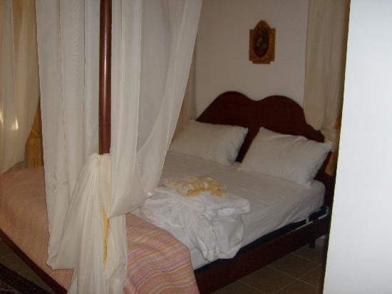 Appartamenti le Terme: Letto a baldacchino molto romantico..