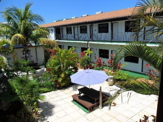 Red Carpet Inn: Garden Court Yard