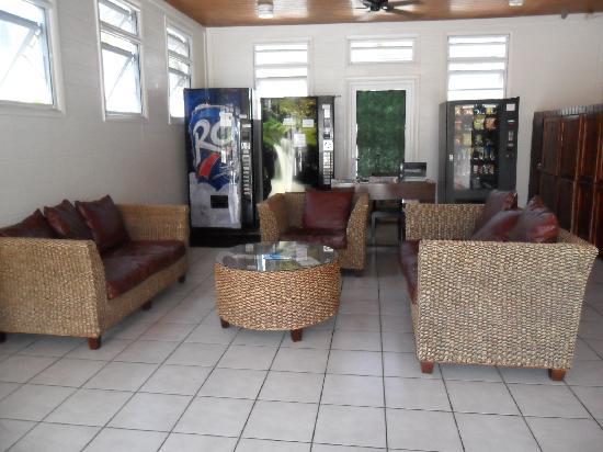 Red Carpet Inn: Lobby Patio