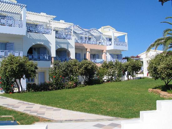 Serita Beach Hotel: chambres côté jardin